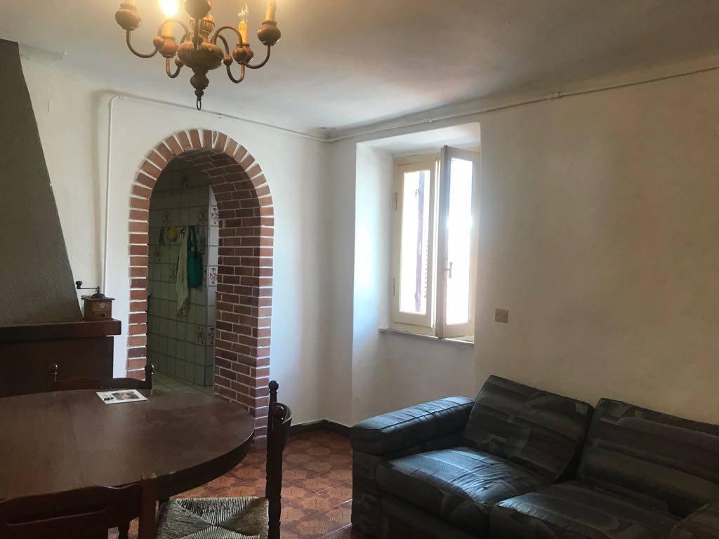 Rif 3189 - NEL BORGO DI PEGUI - Proponiamo grazioso terratetto con cantina. L'immobile si compone da sala con camina, cucina abitabile, camera