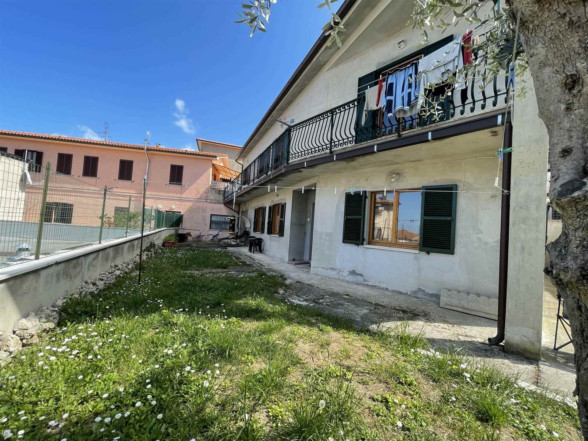 ALL IMMOBILIARE SAS propone in vendita ad OSIMO in zona GUAZZATORE - casa singola con corte. L'abitazione, costruita a metà degli anni '70 si