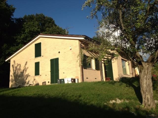 ALL IMMOBILIARE SAS propone in vendita tra OSIMO e OFFAGNA splendida villetta di recente costruzione con giardino su 3 lati. L'immobile costruito nel