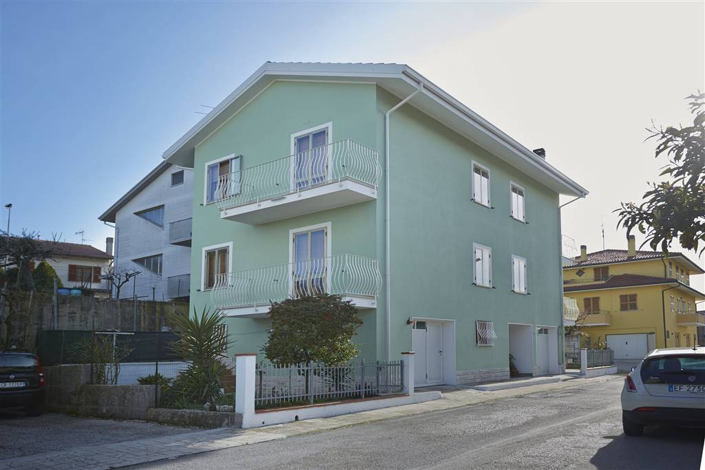 ALL IMMOBILIARE SAS propone in vendita a SANTA MARIA NUOVA appartamento al piano primo ed ultimo in contesto bifamiliare. L'abitazione costruita a