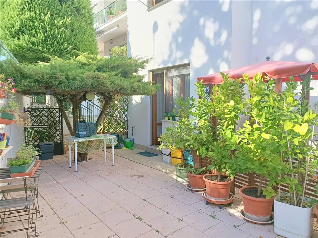 ALL IMMOBILIARE SAS propone in vendita ad OSIMO - in zona Centro Commerciale Le Fornaci - appartamento BILOCALE con corte pavimentata. L'abitazione