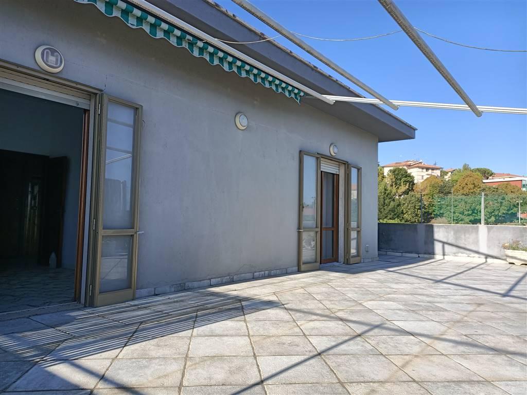 OSIMO, Dachwohnung zu verkaufen von 120 Qm, Bewohnbar, Energie-klasse: G, Epi: 175 kwh/m2 jahr, am boden 3° auf 3, zusammengestellt von: 7 Raume,