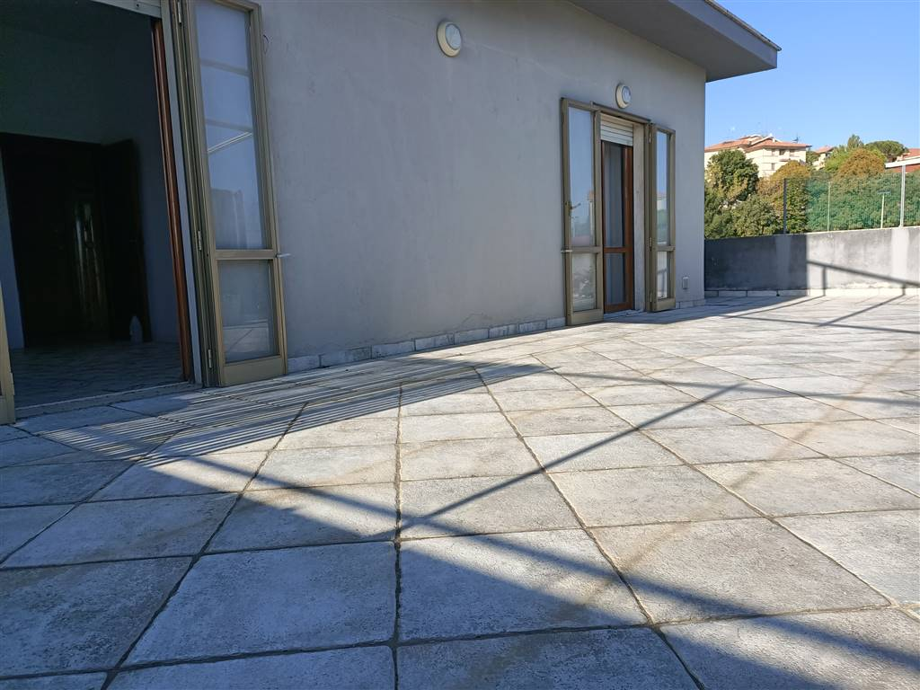 ALL IMMOBILIARE SAS propone in vendita ad OSIMO in zona SACRA FAMIGLIA attico con terrazzo su 3 lati in palazzina con ascensore. L'abitazione, di 120