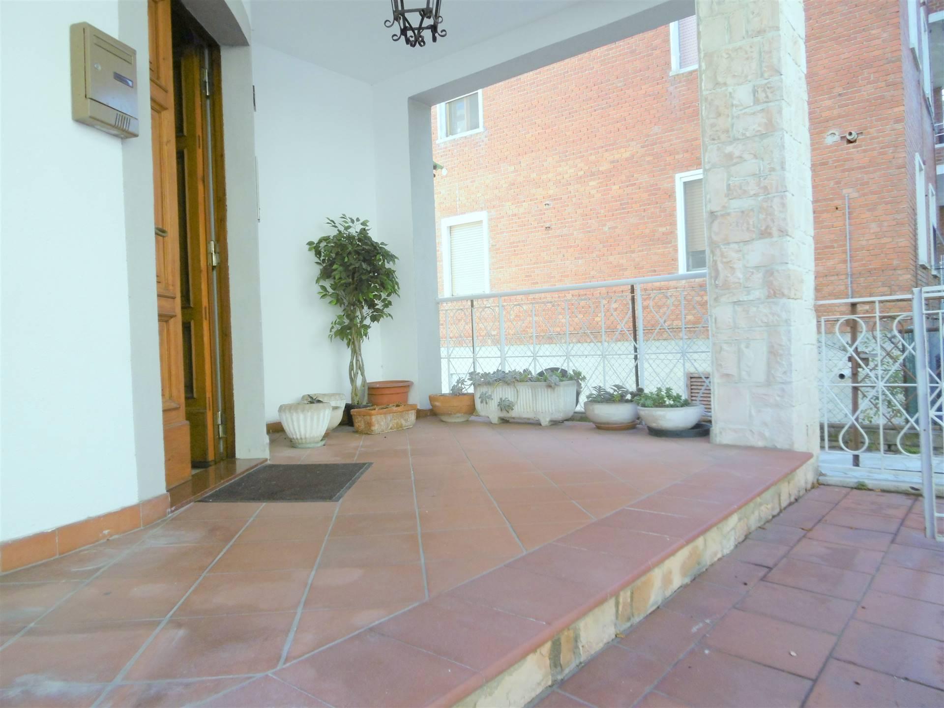 ALL IMMOBILIARE SAS propone in vendita ad OSIMO in zona centrale, appartamento in bifamiliare con ingresso indipendente con piccola corte pavimentata.