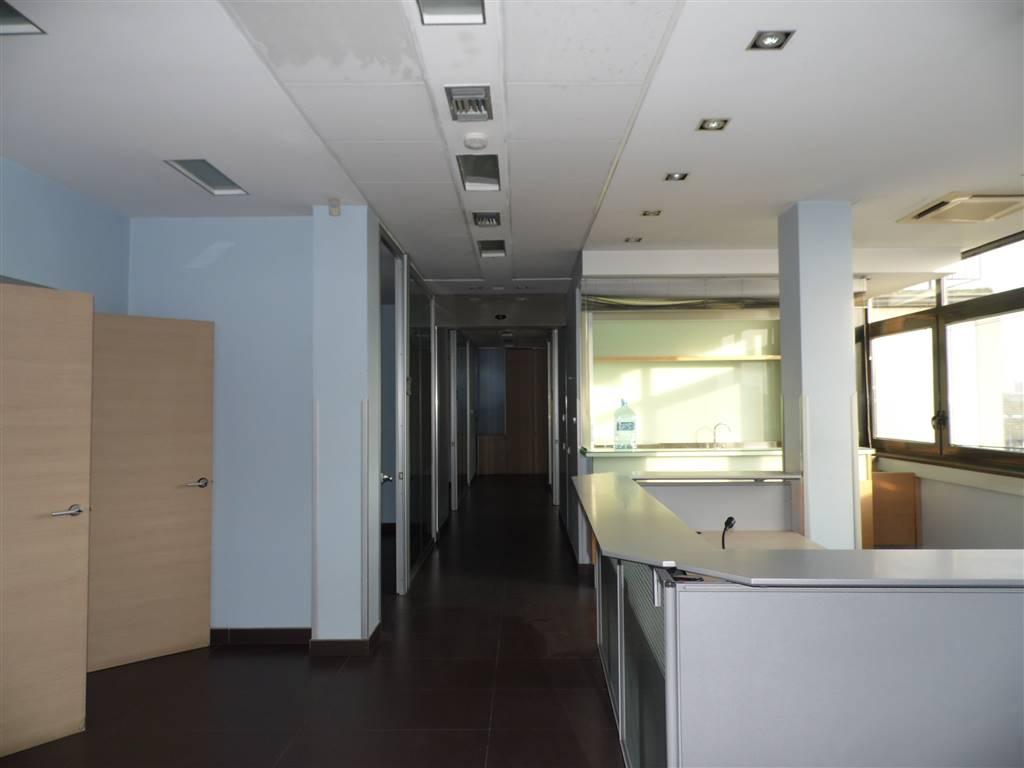 SAN LEONARDO / ARECHI / MIGLIARO, SALERNO, Ufficio in affitto di 300 Mq, Ottime condizioni, Classe energetica: G, posto al piano 1°, composto da: 8
