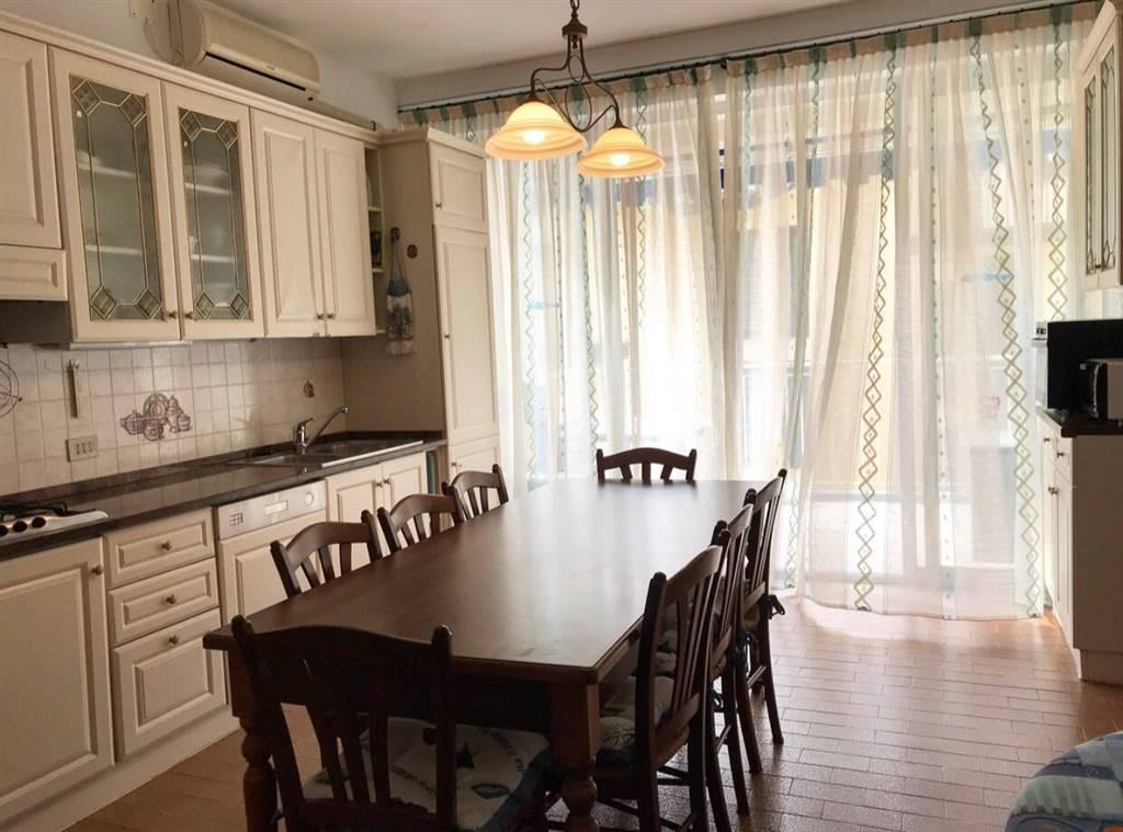 A Jesolo in condominio fronte mare proponiamo in vendita ampio appartamento al terzo piano con posto auto così composto: -ingresso -soggiorno con