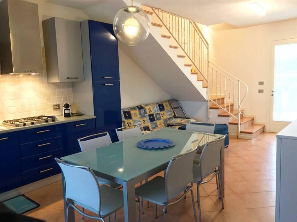 A Cavallino proponiamo in vendita villetta a schiera arredata all'interno del residence Camilla, a poca distanza dal mare e servito di posto auto di