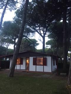 A due minuti dal mare ,in zona residenziale Pineta, proponiamo elegante villetta singola disposta su un piano e così composta: -ingresso -soggiorno