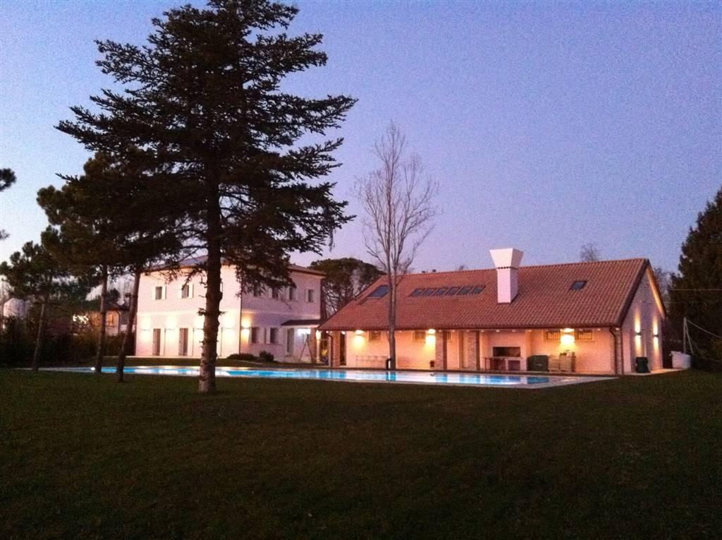 A Jesolo in località Tombolino proponiamo in vendita prestigiosa e lussuosa villa degli anni '20 composta come segue: LA VILLA: - AL PIANO TERRA -