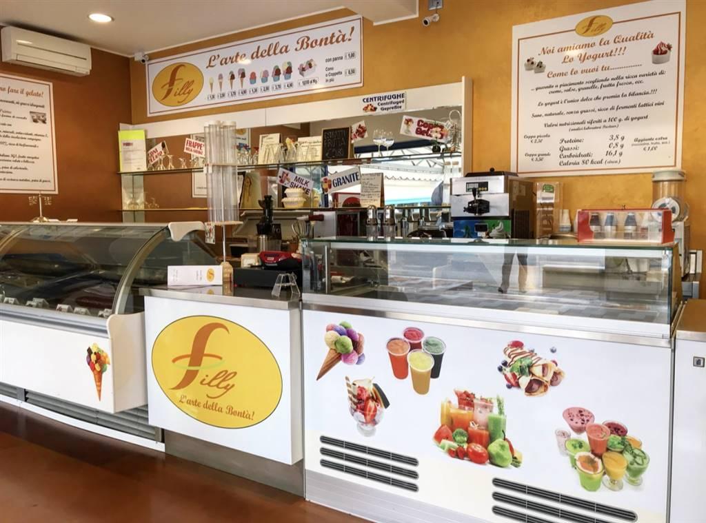 Vendessi attività di gelateria artigianale a Jesolo Lido, Piazza Torino, ad alta densità di passaggio comprensiva di spazio per tavoli e sedie di 8o
