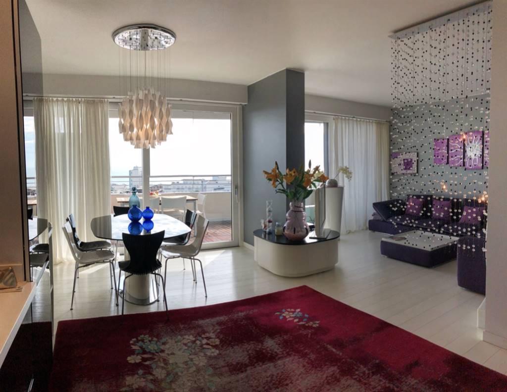 A Jesolo Lido in posizione centralissima proponiamo in vendita meraviglioso appartamento al 9° piano vista mare con 4 camere, 2 bagni, 2 terrazze,