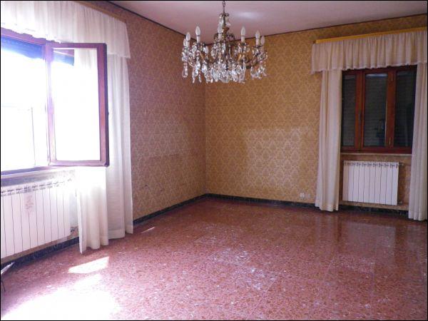 Villa singola dagli spazi ampi che si sviluppa tutta al primo piano e composta da ingresso tradizionale, sala, cucinotto con tinello e terrazzo,