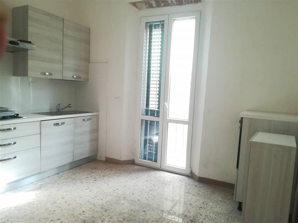 Rif. 1061MM In palazzina di 2 piani disponibile appartamento dl piano rialzato con ingresso indipendente e piccola resede su 2 lati: Ampissimo