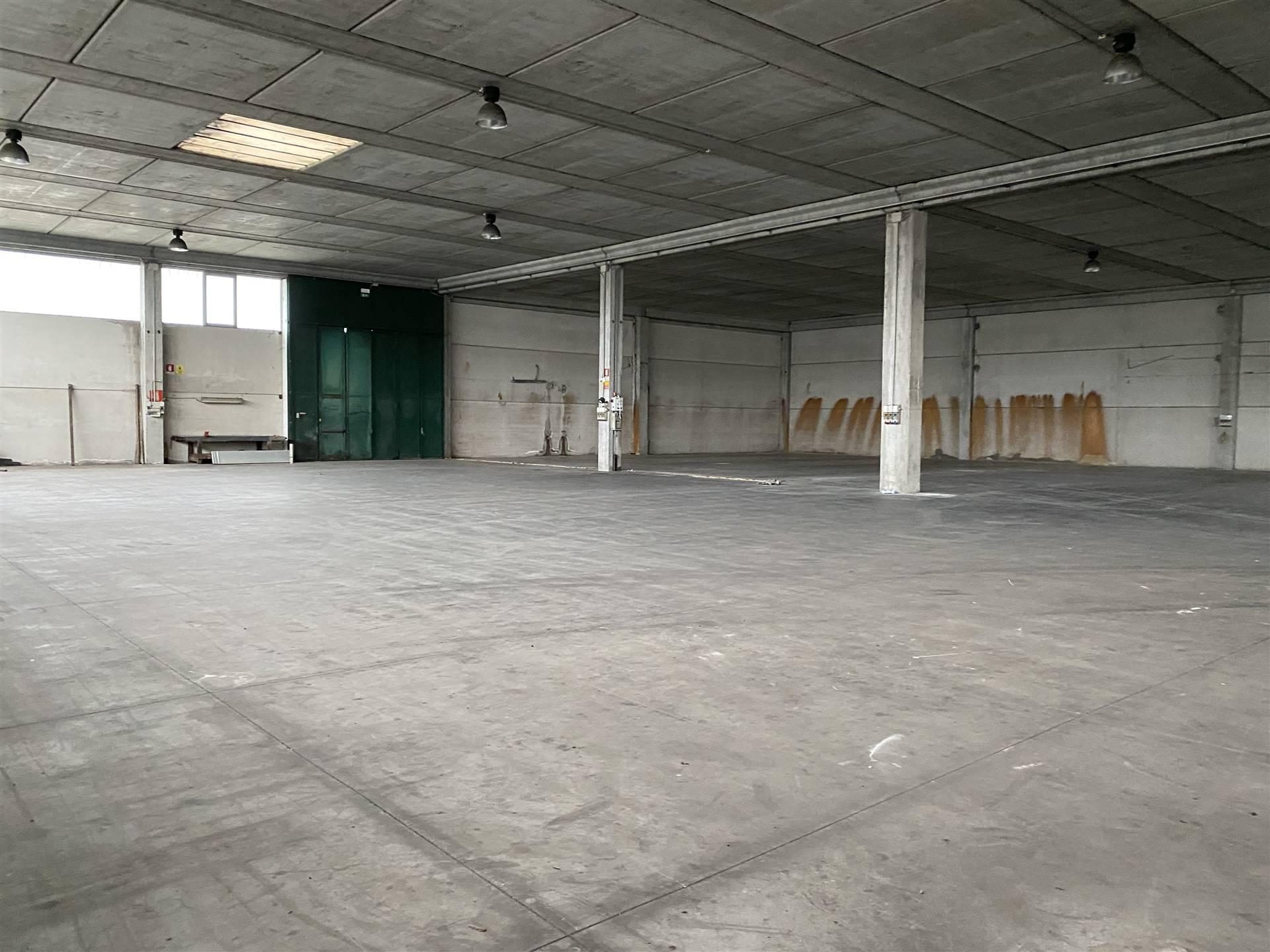 OSPEDALETTO: Capannone direzionale con piazzale di 1000mq su tre lati, tre accessi per scarico merci, composto da magazzino di 2000mq con altezza 6,