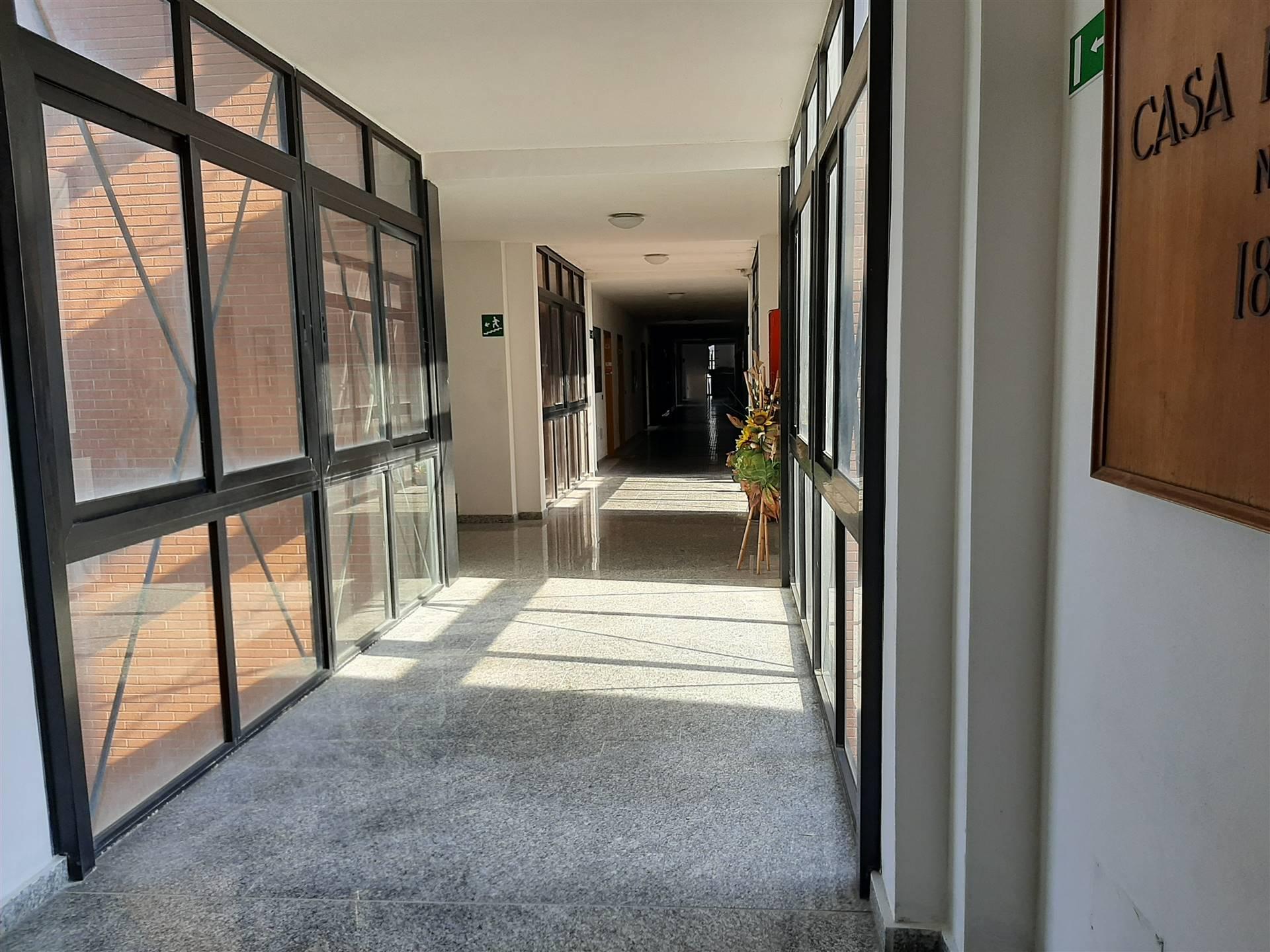 Riferimento 25GAFC Livorno affittasi locale ad uso ufficio di 100 metri quadrati in contesto di attività commerciali e direzionali con ottima
