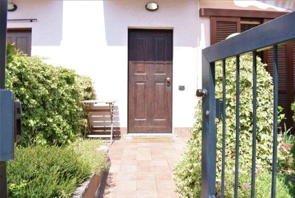 Vi proponiamo a Cadorago, frazione Caslino al Piano, appartamento del 2006, ben curato e posto su tre livelli da 50 mq per piano. E' composto da