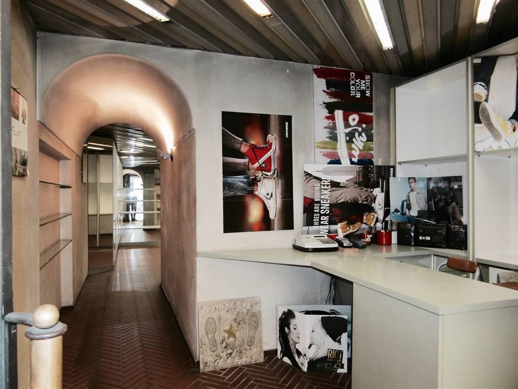 Negozio / Locale in affitto a Como, 2 locali, zona Zona: 5 . Borghi, prezzo € 1.500 | CambioCasa.it