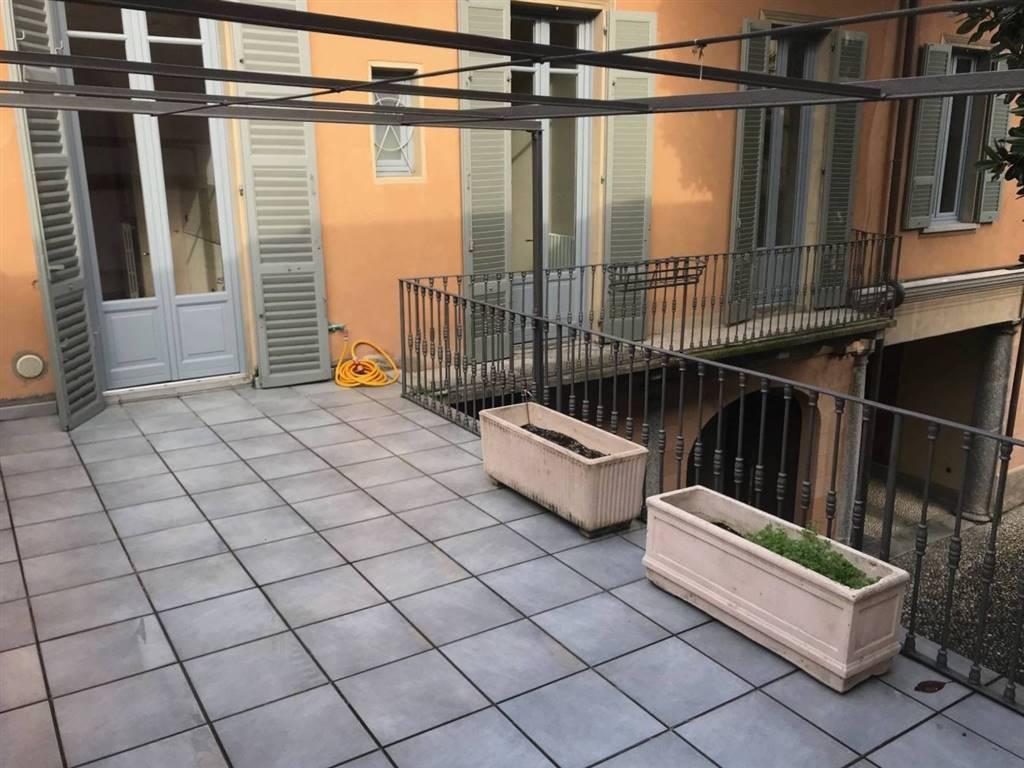 Appartamento in affitto a Como, 5 locali, zona Località: CITTÀ MURATA/ LUNGOLAGO/ CENTRO, prezzo € 2.400 | CambioCasa.it