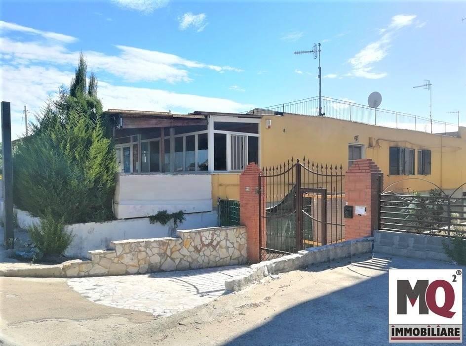 Palazzo / Stabile in vendita a Mondragone, 8 locali, prezzo € 165.000 | CambioCasa.it