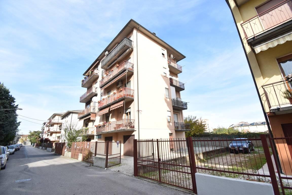 Appartamento in vendita a Vicenza, 5 locali, zona Località: VIALE CRISPI / SAN LAZZARO / CATTANE, prezzo € 93.000 | CambioCasa.it