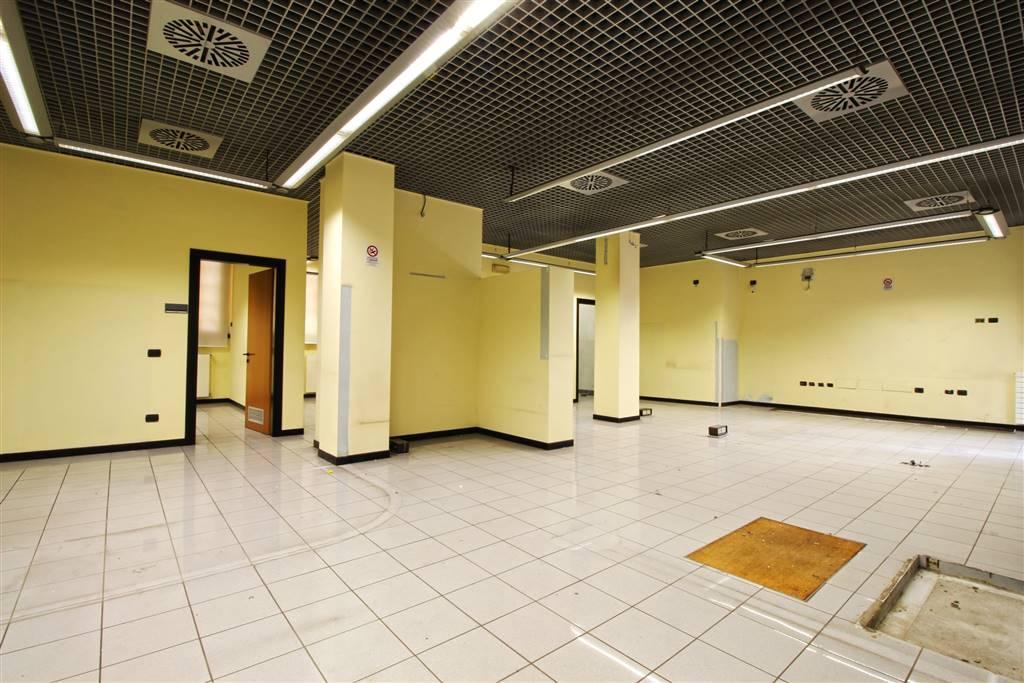 Seregno, Monza e Brianza, ti proponiamo in esclusiva uno spazio commerciale di 132 mq circa con 3 vetrine. La disponibilità è immediata. Ti trovi al
