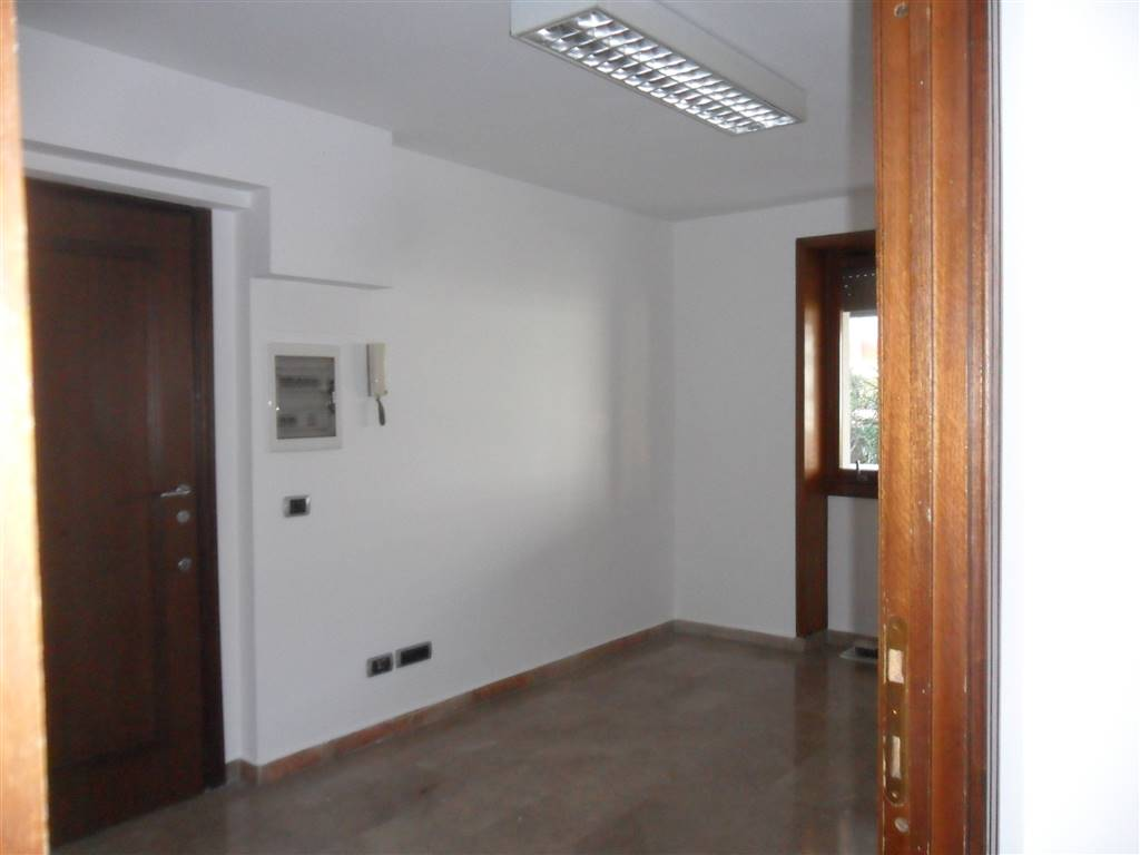 FIRENZE NOVA, FIRENZE, Office for sale of 80 Sq. mt., Heating Centralized, Energetic class: G, composed by: 3 Rooms, 1 Bathroom, Elevator, Price: €