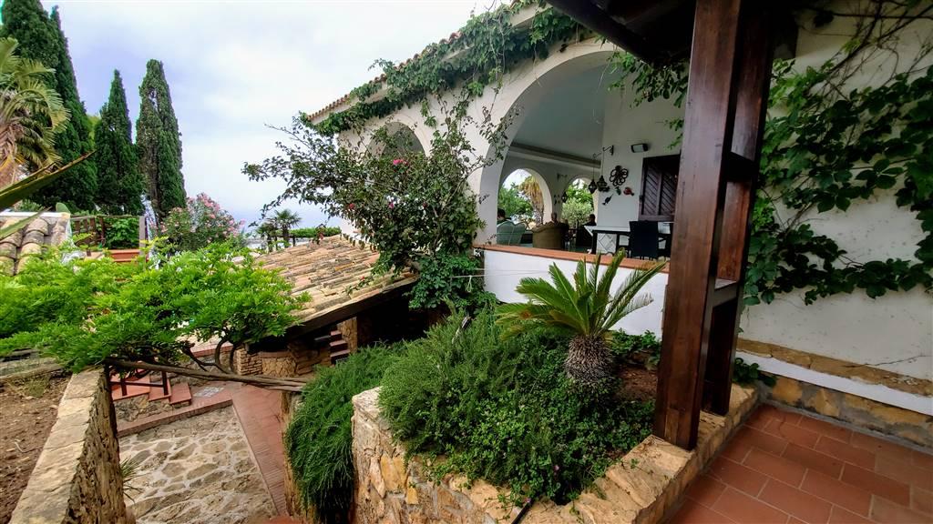 Proponiamo villa di notevole bellezza vicino il mare incontaminato di Porto Palo , in Menfi a pochi km da Sciacca. La villa ha una superficie totale