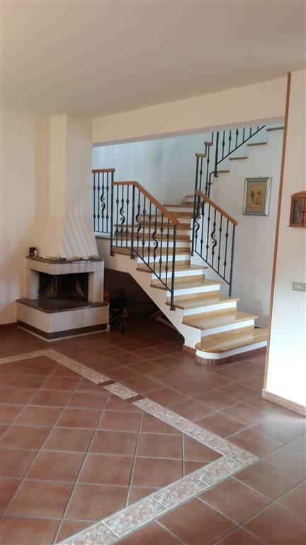 Villa con una superficie di mq 150 circa distribuita su due livelli più mq 500 di giadino-piazzale. L'immobile presenta ottime rifiniture e