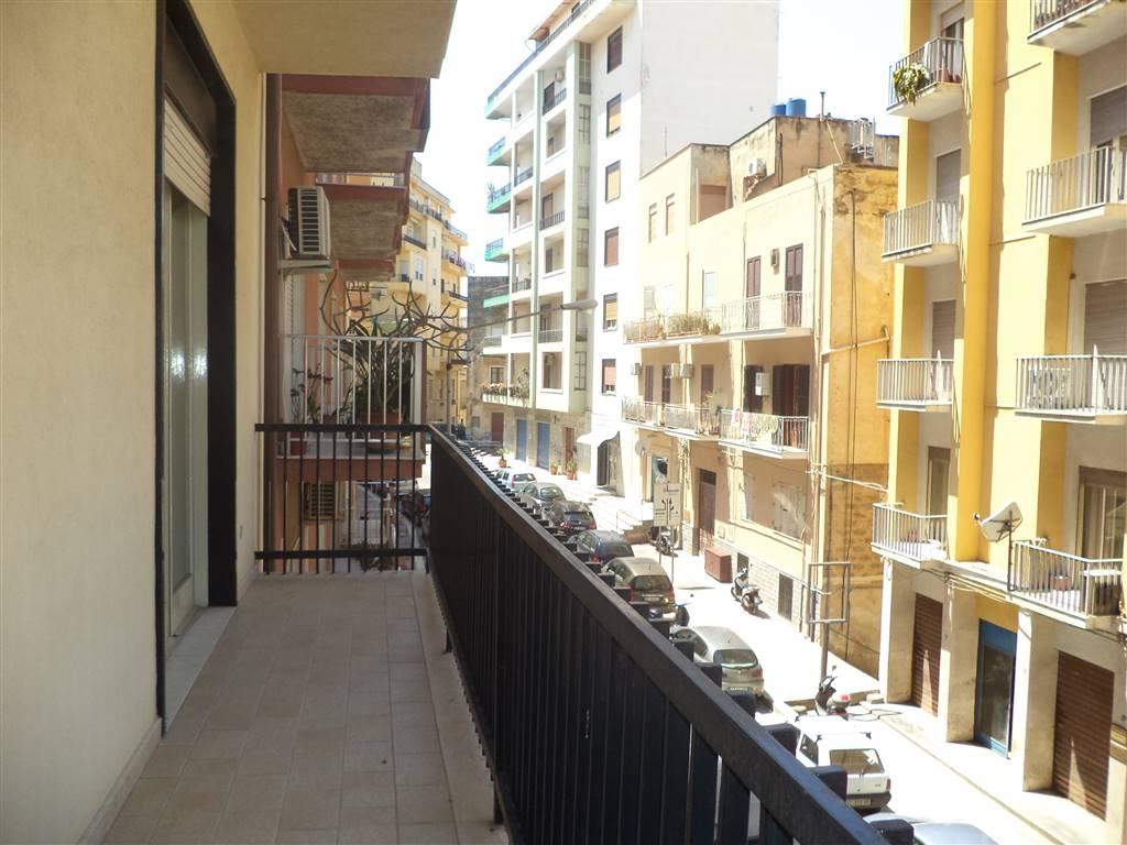 Nella centralissima via Carlo Max , in un edificio signorile, appartamento con una superficie di mq 115 ,composto da 4 vani più servizio. L'immobile