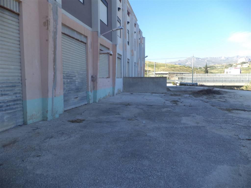 Locale di 1.000 mq con 10 aperture e un ampio parcheggio, si presta come deposito o locale commerciale.