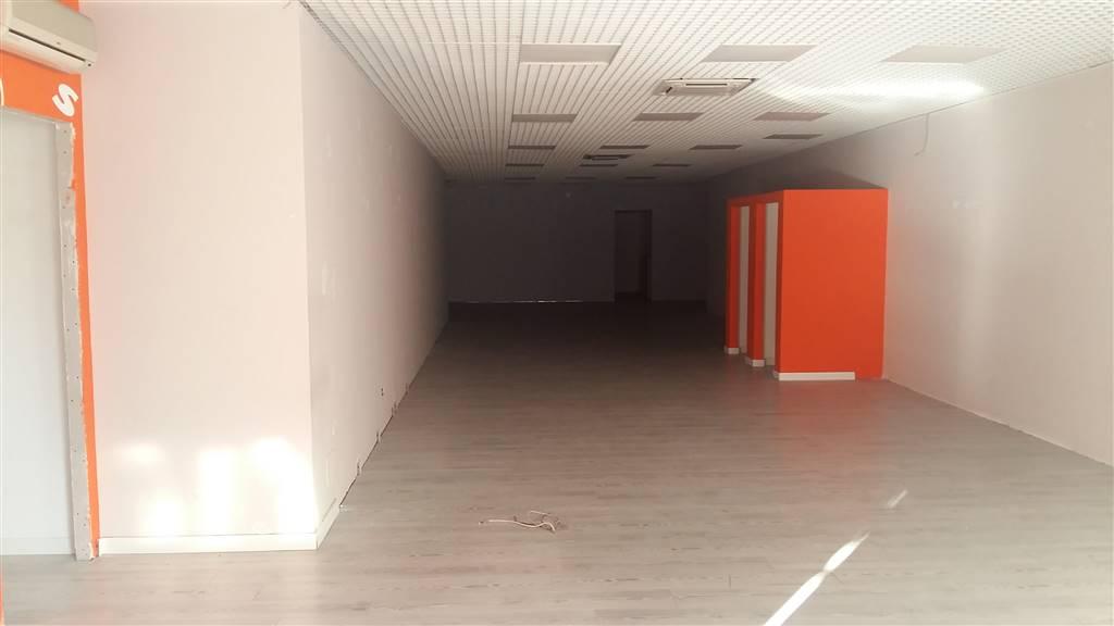 Nella centralissima e commerciale via Dei Cappuccini, locale commerciale di 220 mq piu 300 di magazzino comunicante al suo interno da una scala in