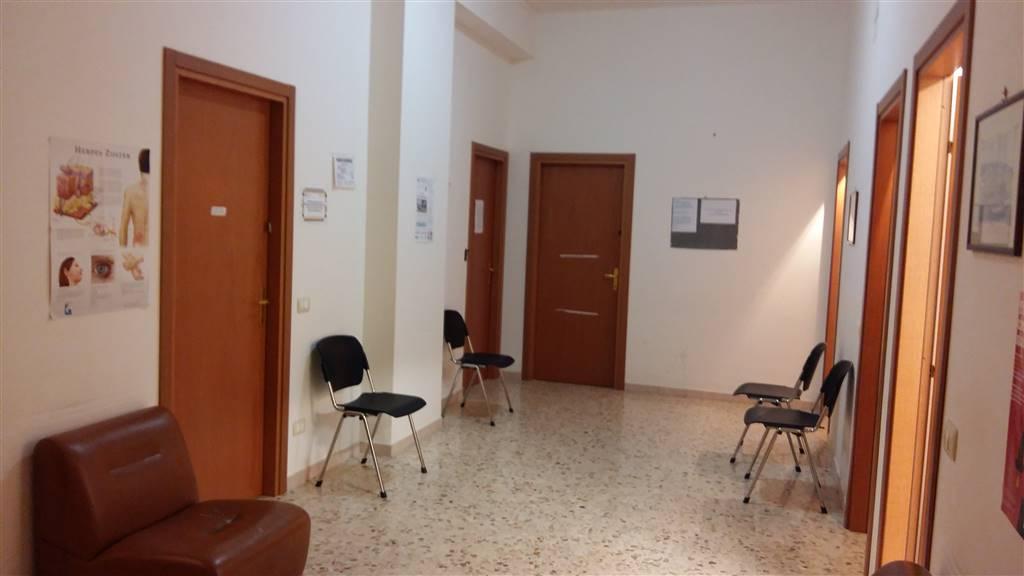 In via cappuccini proponiamo appartamento di 180 mq circa , e una terrazza di 50 mq . l'immobile si presta per essere utilizzato o locato come studio