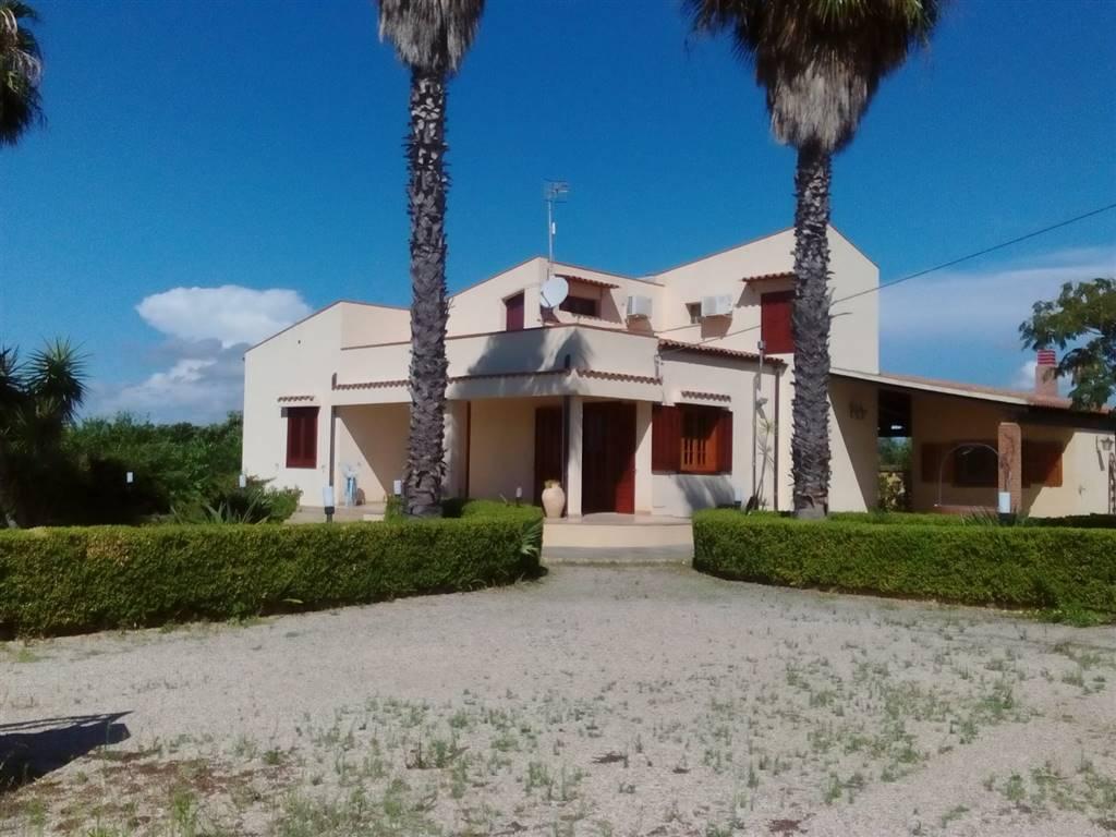 A Porto Palo , frazione balneare di Menfi , città del vino e bandiera blu da 19 anni consecutivi , proponiamo la vendita di una bellissima villa in