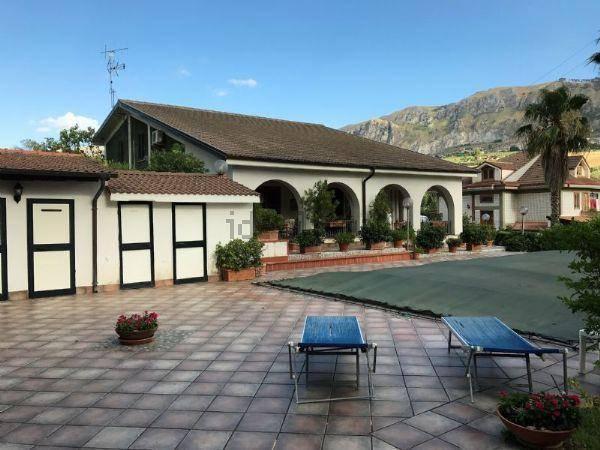 In provincia di Monreale nella contrada denominata Dammusi , proponiamo la vendita di una spettacolare villa ben rifinita , con piscina . fornita di