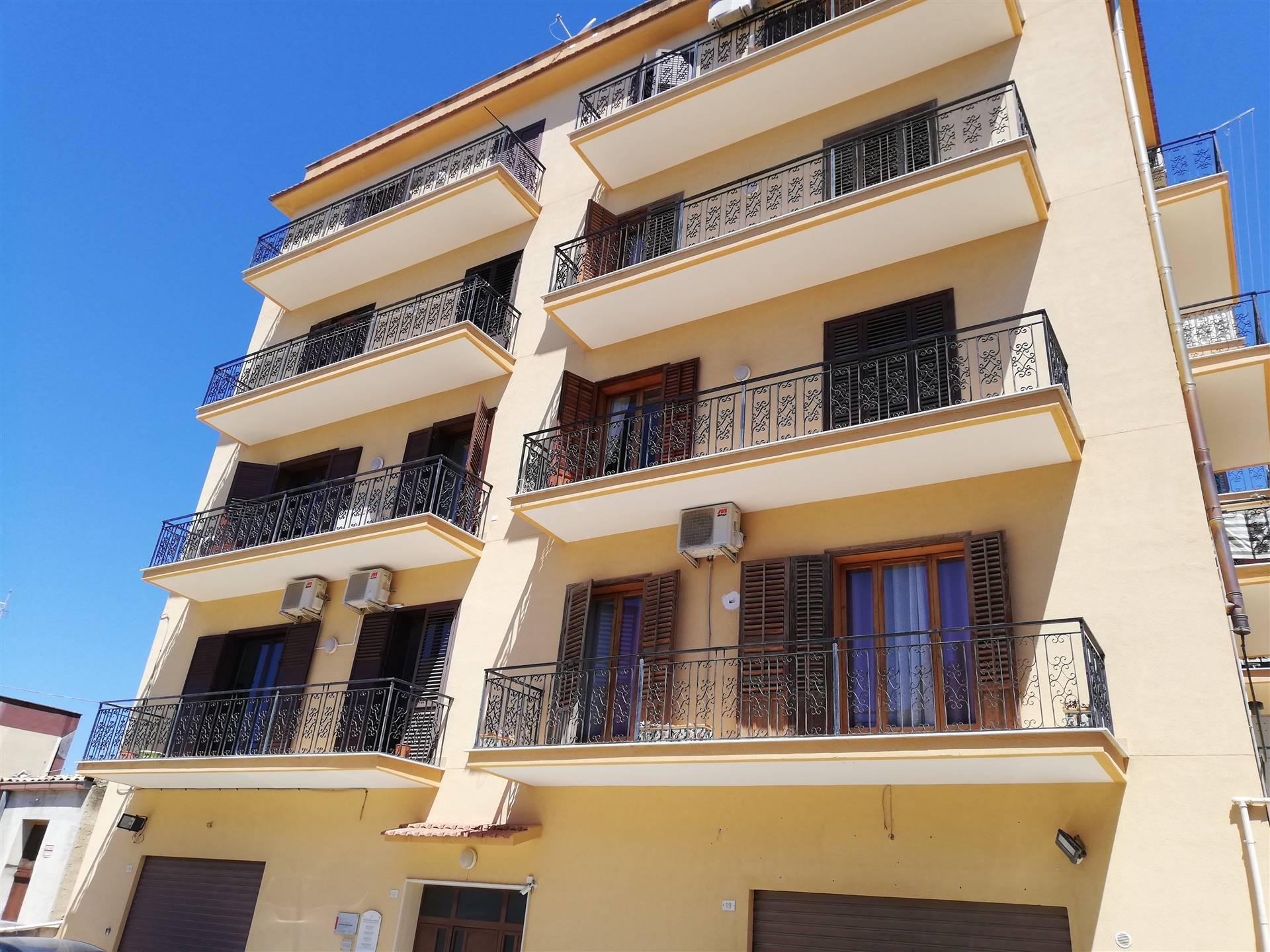 Nella località denominata C.da Isabella , proponiamo la vendita in esclusiva , di un appartamento facente parte di un piccolo condominio , con posto