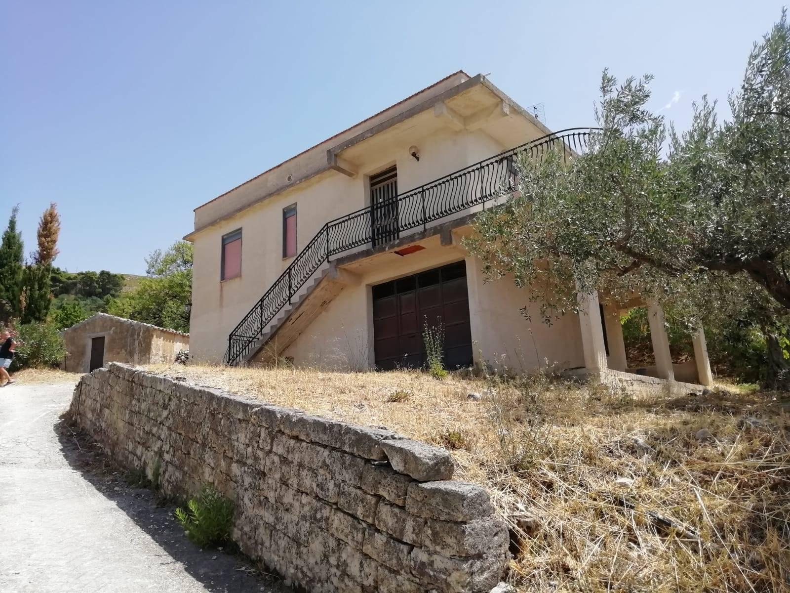 In C.da Adragna , zona di villeggiatura e di attrazione turistica di Sambuca di Sicilia, vendiamo villa ancora da definire , con vista lago . La