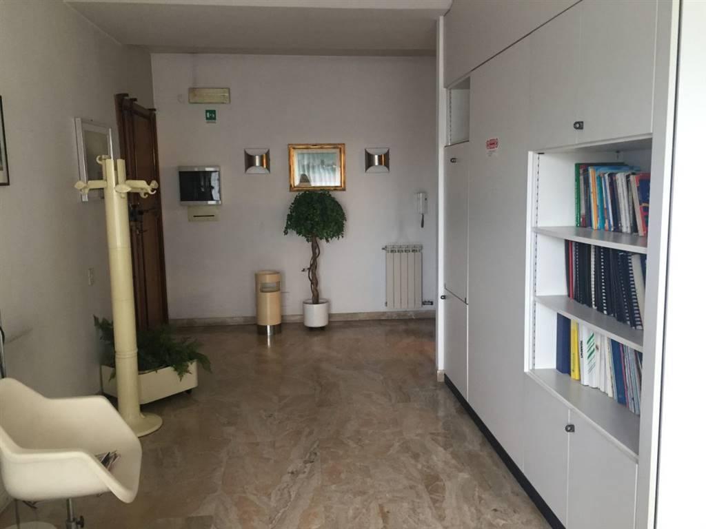 VALENTINI, PRATO, Ufficio in affitto di 100 Mq, Classe energetica: G, Epi: 265,9 kwh/m3 anno, posto al piano 3°, composto da: 4 Vani, 2 Bagni,