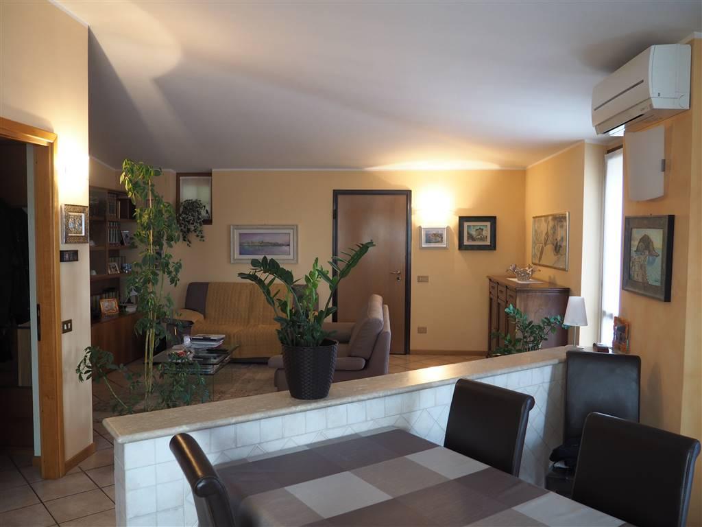 Trilocale molto elegante e spazioso, posto al secondo ed ultimo piano in in recente palazzina di sole 6 unità in area residenziale piacevole e