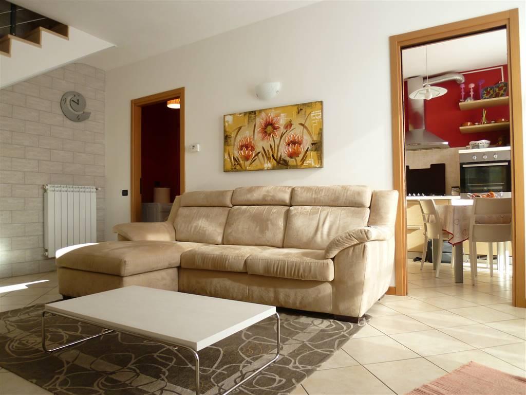 Appartamento tipo villetta, situato in una zona di recente sviluppo in Spirano; gode di accesso indipendente con scala esclusiva al piano primo,
