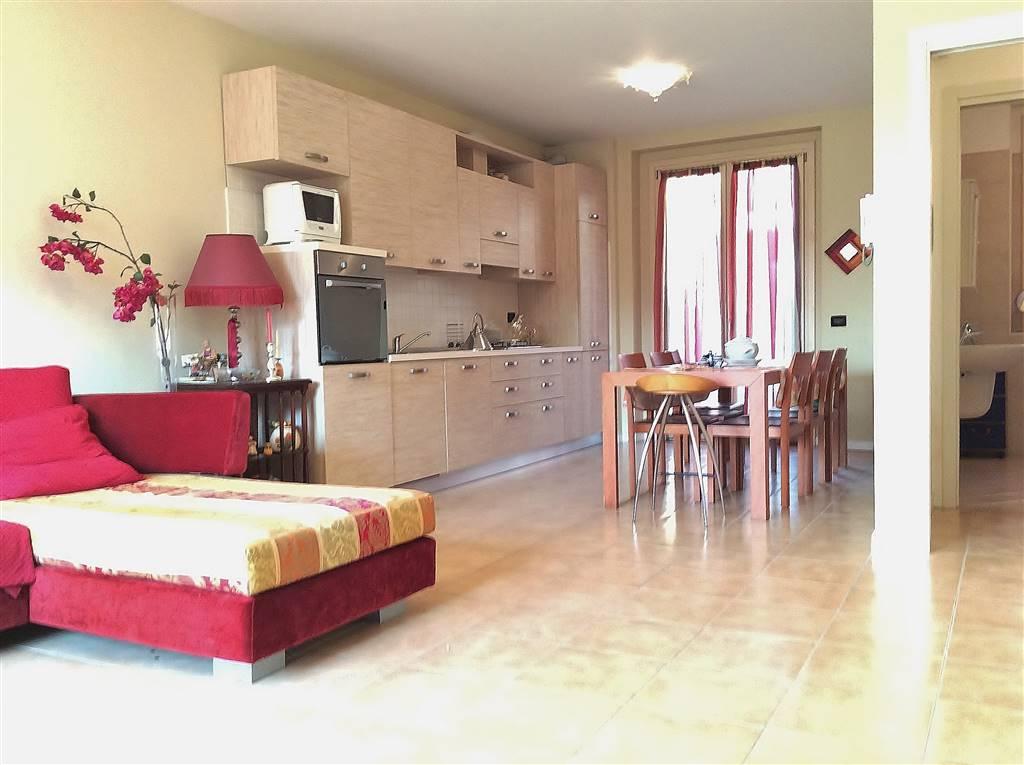 Proponiamo recente e bella villa a schiera di testa composta da soggiorno con grande cucina a vista eventualmente separabile e bagno al piano terra;