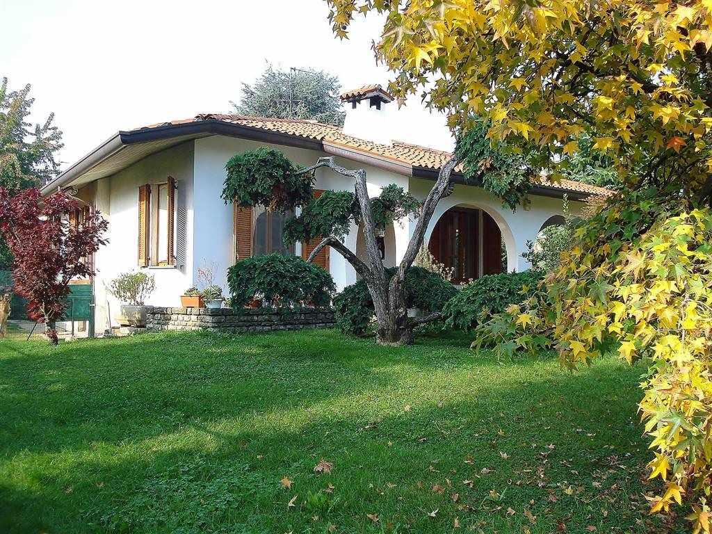 Rara opportunità, splendida Villa singola, di grandi dimensioni con parco esclusivo, disposta su unico livello con interrato, studiata con grande