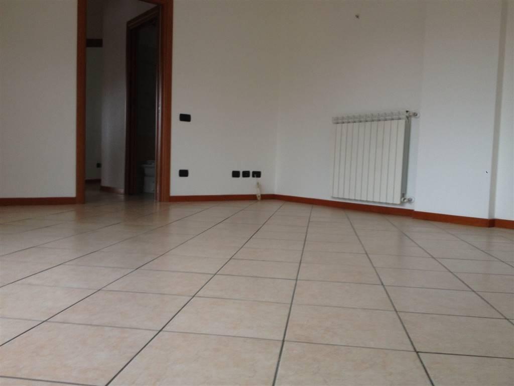 Proponiamo in affitto recente e spazioso trilocale di 90 mq in bella palazzina zona centrale del paese, posto al piano secondo servito da ascensore e