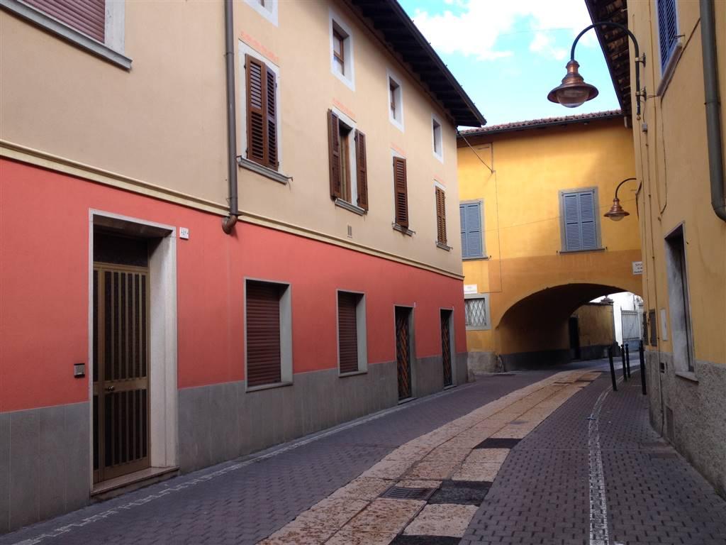 Ufficio/negozio in affitto a Cologno Al Serio (BG), in pieno centro , nei pressi del Comune; il locale dispone di n.2 vetrine ha ingresso