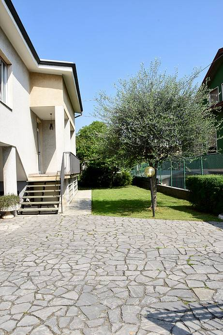 STEZZANO, Villa for sale of 285 Sq. mt., Habitable, Heating Individual heating system, placed at Ground on 1, composed by: 8 Rooms, Separate kitchen,