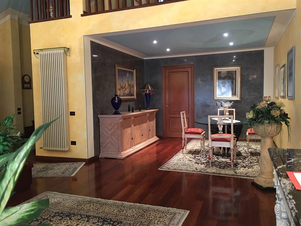 Bellissima villa singola, esclusiva e raffinatissima, caratterizzata da grandi spazi interni ed esterni, in un quartiere elegante e tranquillo di