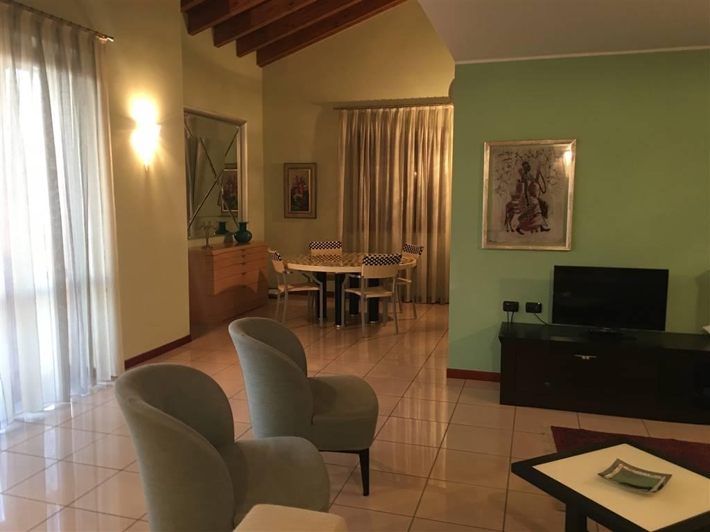 Proponiamo splendido QUADRILOCALE nel tranquillo ed esclusivo contesto del residence Saore; appartamento è caratterizzato da grandi dimensioni, vista