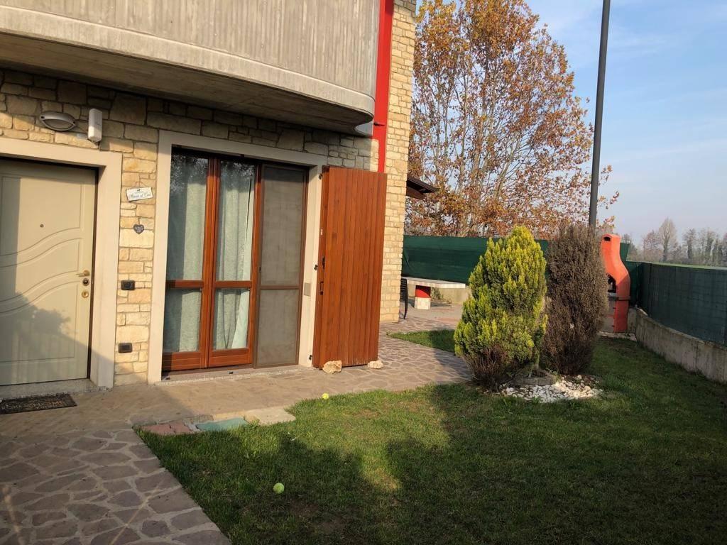 Recente e spazioso trilocale ad ingresso indipendente con giardino, taverna e due box. L'appartamento di 90 mq al solo piano terra è composto da
