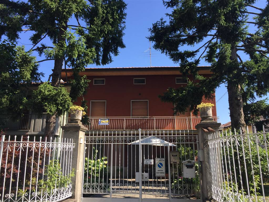 COLOGNO AL SERIO, Apartment for sale of 120 Sq. mt., Be restored, Heating Non-existent, Energetic class: Not subject, placed at 1°, composed by: 3