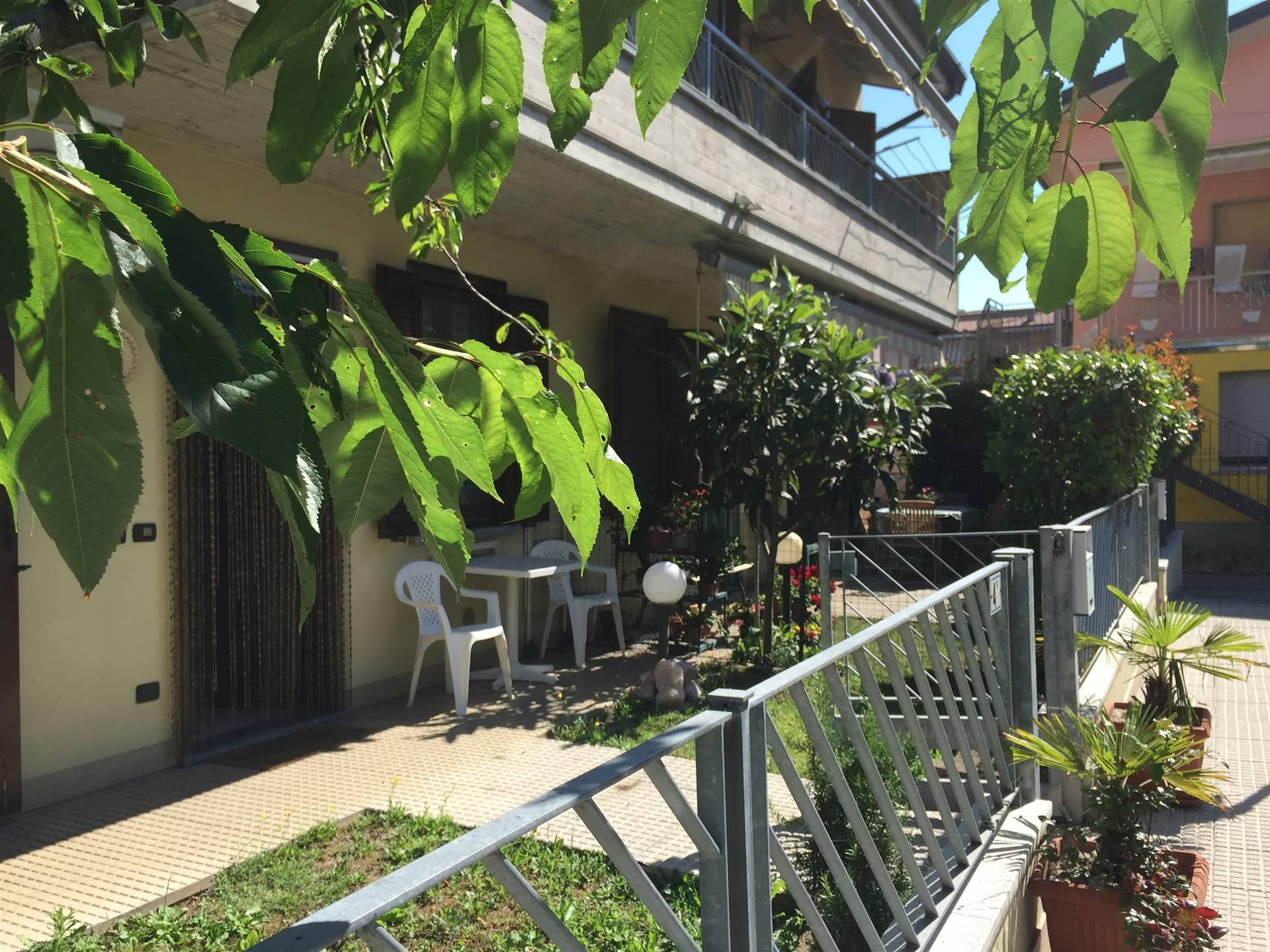 Trilocale indipendente al piano terra con giardino, in contesto di sole 4 unità , composto da soggiorno con cucina a vista, due camere, bagno,