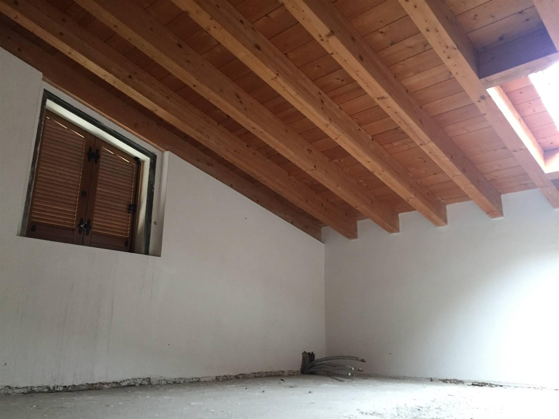Vendiamo appartamento in villa completamente indipendente su due livelli posto in un contesto di sole 4 unità. Ingresso indipendente con piccolo